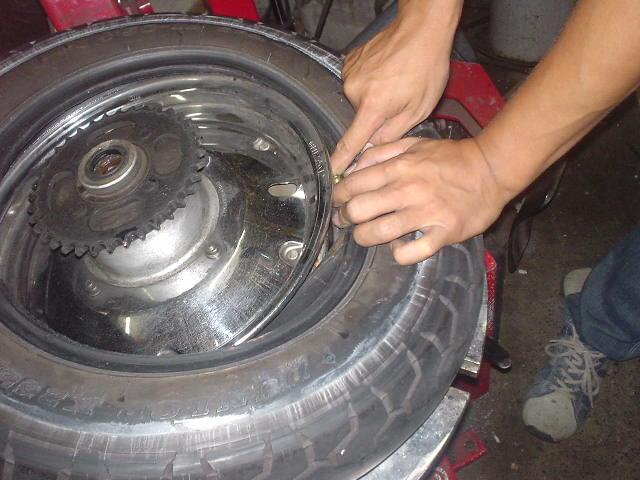 「車 タイヤ バラバラ」の画像検索結果
